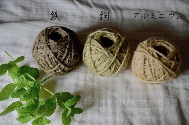 ミントの葉とミントで染めた毛糸が3色並んでいる