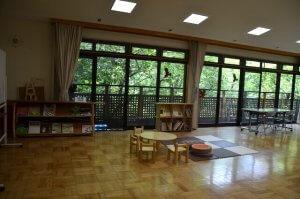 青葉の森緑地管理センター内の絵本がおいてある部屋