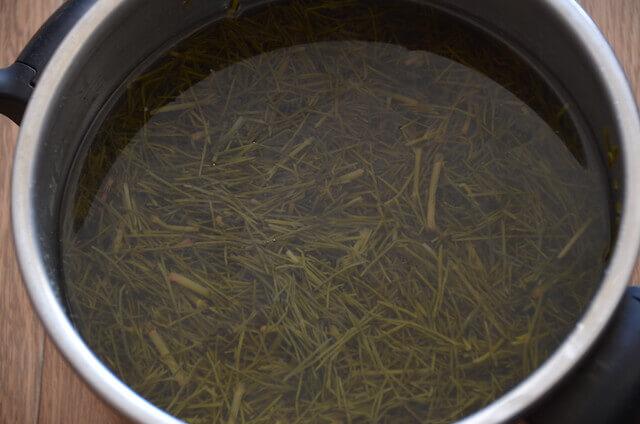 煮たスギナ