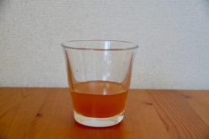 コンブチャ原液とミックスベリー入のコンブチャドリンクがグラスに入っている 上にミントが添えられる