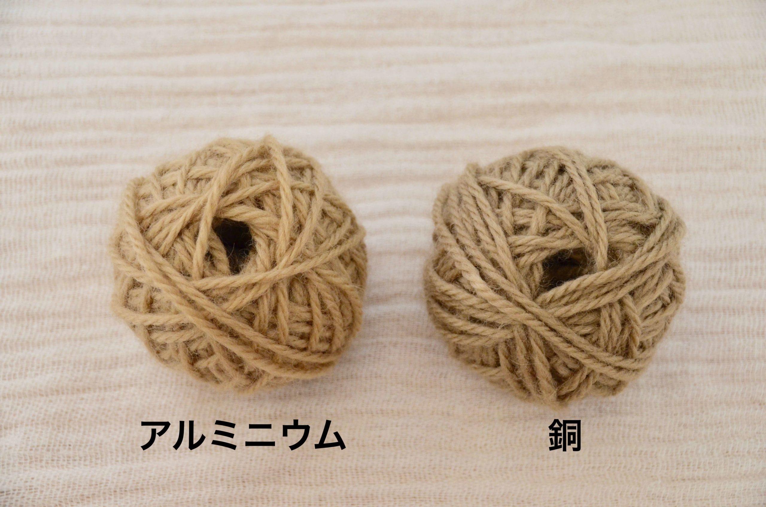 レモンバーベナ染めの毛糸2玉 左がアルミニウム媒染右が銅媒染