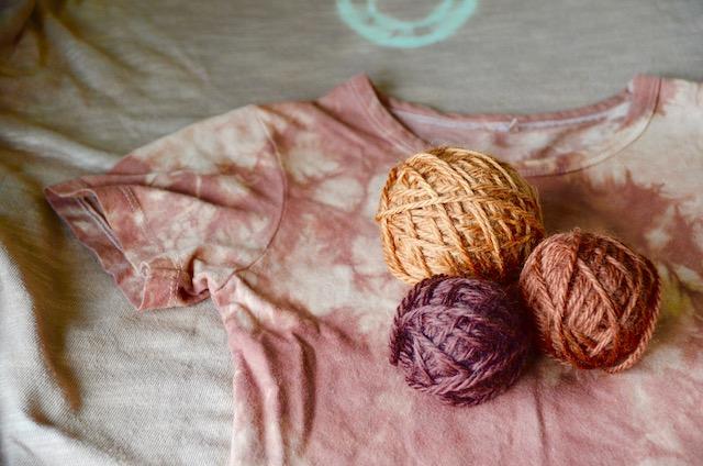 アカソ染めのTシャツ・毛糸